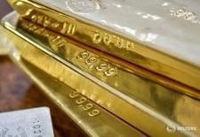 Золотые слитки. Золото немного дорожает в пятницу на фоне небольших объёмов торгов перед Рождеством и отступления доллара от 14-летнего максимума, но готовится завершить в минусе уже седьмую неделю подряд.   REUTERS/Mariya Gordeyeva/File Photo