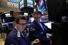 Трейдеры на Уолл-стрит. Американский фондовый рынок без выраженной динамики начал предпраздничные торги, в то время как инвесторы готовятся к рождественским праздникам. REUTERS/Andrew Kelly