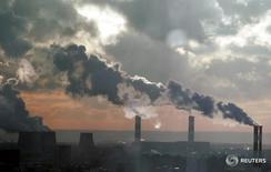 Дым поднимается из труб ТЭС в Москве 19 декабря 2006 года. Российская экономика вернулась к положительным темпам роста в ноябре - валовой внутренний продукт вырос на 0,5 процента год к году, а к предыдущему месяцу - на 0,1 процента, сообщило Минэкономразвития. REUTERS/Alexander Natruskin/Files