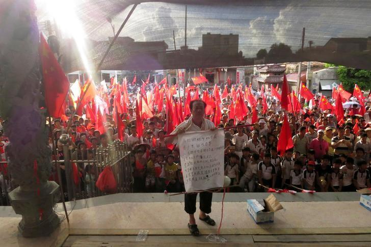 FILE PHOTO: Villager Wei Yonghan makes a speech before assembled Wukan villagers, who are demanding justice for a series of land grabs and for the release of their elected village chief Lin Zuluan, who was arrested by authorities, in the southern province of Guangdong, China June 20, 2016. Picture taken June 20, 2016.   REUTERS/James Pomfret/File Photo