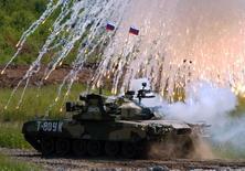 Le char russe T-80 lors d'une démonstration à l'est de Moscou. Les ventes de Rosoboronexport, l'établissement public russe d'exportation d'armes, atteindront probablement cette année environ 13 milliards de dollars (12,44 milliards d'euros), a déclaré mardi Sergueï Tchemezov, le patron du conglomérat industriel Rostec, qui possède Rosoboronexport. /Photo d'archives/REUTERS