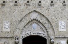 El Banco Central Europeo ha comunicado a Monte dei Paschi que necesita cerrar un déficit de capital de 8.800 millones de euros, mayor al de 5.000 millones de euros estimado previamente, informó el lunes el banco italiano confirmando lo que fuentes habían contado a Reuters. En la imagen, la entrada del banco en Siena el 29 de enero de 2016.  REUTERS/Max Rossi