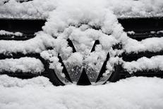 Залепленный снегом логотип Volkswagen. Гамбург, 8 ноября 2016 года. Немецкий автопроизводитель Volkswagen отзывает 4.481 автомобиль Volkswagen в России из-за возможного повреждения аккумулятора давления, говорится в сообщении Росстандарта. REUTERS/Fabian Bimmer