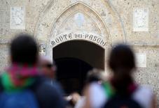 Imagen de archivo de la entrada de la sede del banco Monte dei Paschi en el centro de Siena, Italia. 2 julio 2016. El Gobierno italiano inyectará probablemente unos 6.500 millones de euros (6.790 millones de dólares) para el rescate del tercer banco más grande del país, el Monte dei Paschi di Siena <BMPS.MI>, más de lo inicialmente esperado, dijeron el martes fuentes cercanas al asunto. REUTERS/Stefano Rellandini