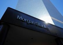 El logo de Morgan Stanley en un edificio de la compañía en San Diego, EEUU, sep 24, 2013. Varias administradoras globales de fondos dicen estar comprando activos de los mercados emergentes para 2017 después de los golpes que el sector ha sufrido desde la elección en Estados Unidos en noviembre, a pesar de que las agencias de calificación de crédito tienen una perspectiva menos positiva.   REUTERS/Mike Blake/File Photo