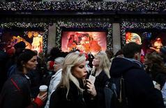 La cinquième avenue à New York. La confiance du consommateur aux Etats-Unis s'est améliorée nettement plus qu'attendu en décembre et l'indice la mesurant est au plus haut depuis août 2001. /Photo prise le 17 décembre 2016/REUTERS/Kevin Coombs