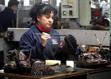 Una trabajadora en la planta de calzado industrial Boris en Quilmes, Argentina, Mayo 19, 2016. La producción industrial de Argentina habría descendido en promedio un 3,7 por ciento interanual en noviembre, afectada principalmente por las mermas en segmentos como el siderúrgico y el textil, según un sondeo de Reuters publicado el martes.  REUTERS/Enrique Marcarian