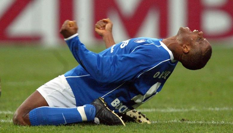 Sunday Oliseh of VfL Bochum celebrates his team's victory against Bayern Munich during their German Bundesliga first division soccer match in Bochum February 14, 2004. REUTERS/Thomas Bohlen