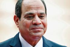 Le président égyptien, Abdel Fattah al Sissi (photo), a déclaré mercredi que la situation économique difficile du pays s'améliorerait dans six mois et a appelé la population et les investisseurs à aider le gouvernement dans sa lutte contre la hausse des prix. /Photo d'archives/REUTERS/Cathal McNaughton