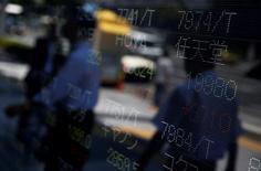 La Bourse de Tokyo a perdu 1,24% jeudi pour finir à son plus bas niveau depuis trois semaines, le repli de Wall Street la veille et la vigueur du yen pesant sur la tendance. L'indice Nikkei a abandonné 256,58 points à 19.145,14. /Photo d'archives/REUTERS/Issei Kato