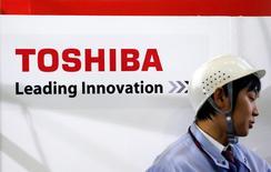 Логотип  Toshiba Corp в Иокогаме. Акции Toshiba потеряли более 19 процентов в четверг, падая третий день подряд после того как японский технологический конгломерат сообщил в начале неделе о вероятности многомиллиардного списания.  REUTERS/Yuriko Nakao/File Photo