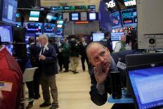 Трейдеры на Уолл-стрит. Сильные экономические данные и рост акций сектора здравоохранения оказывают поддержку американским фондовым индексам в начале торгов четверга, спустя день после того, как индекс S&P 500 понес самые значительные потери за последние два месяца. REUTERS/Andrew Kelly