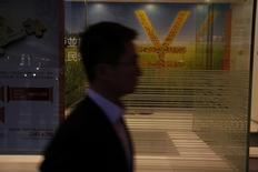 La Chine a dévoilé vendredi un projet autorisant plus largement les investissements étrangers dans les secteurs des banques, des assureurs, des opérateurs boursiers et des agences de notation, dans le cadre de l'ouverture de la deuxième économie mondiale. /Photo d'archives/REUTERS/Bobby Yip
