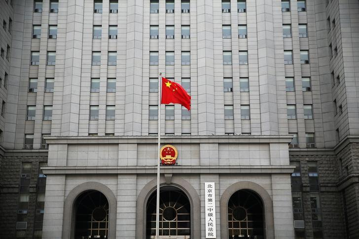 A Chinese national flag flutters in front of the building of the Number 2 Intermediate People's Court in Beijing, China September 22, 2016.  REUTERS/Damir Sagolj/Files