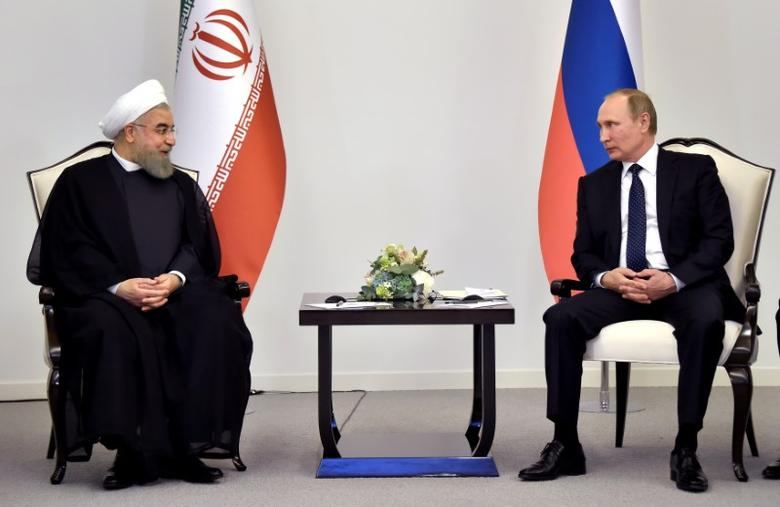 Iranian President Hassan Rouhani (L) talks to Russian President Vladimir Putin during their meeting in Baku, Azerbaijan, August 8, 2016. REUTERS/Alexander Nemenov/Pool