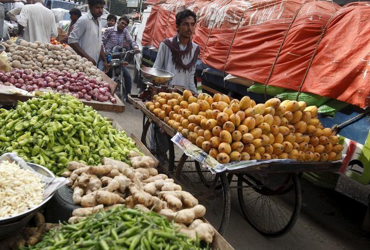 A man selling mangoes pushes his wares on a cart at a market in Karachi, Pakistan, June 1, 2015. REUTERS/Akhtar Soomro/Files