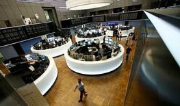 Les principales Bourses européennes ont ouvert lundi en légère baisse pour la première séance de 2017. À Paris, l'indice CAC 40 perd 0,27% à 4.848,94 points vers 08h15 GMT et à Francfort, le Dax cède 0,51%. L'indice EuroStoxx 50 de la zone euro abandonne 0,38% tandis que le FTSEurofirst 300 et le Stoxx 600 sont quasiment stables. /Photo d'archives/REUTERS/Ralph Orlowski