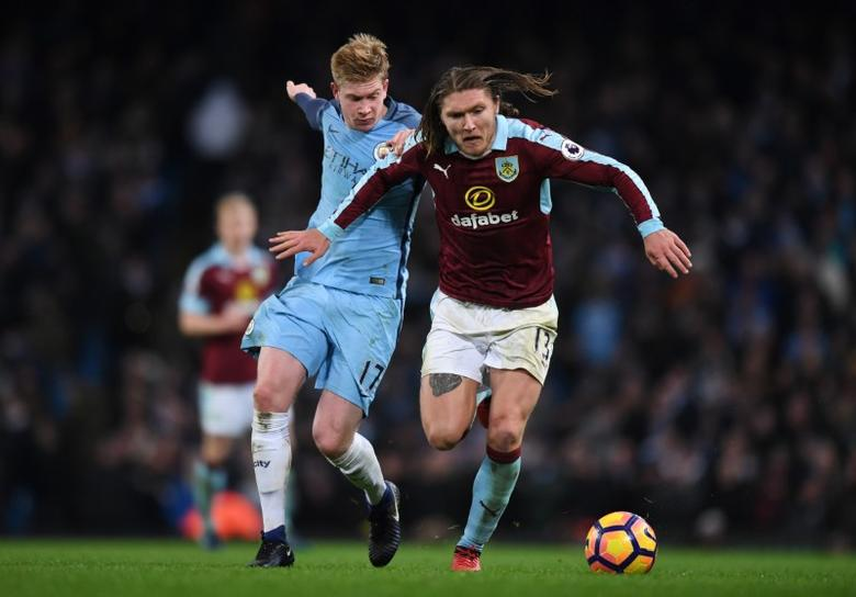 Britain Football Soccer - Manchester City v Burnley - Premier League - Etihad Stadium - 2/1/17 Burnley's Jeff Hendrick in action with Manchester City's Kevin De Bruyne  Reuters / Anthony Devlin Livepic
