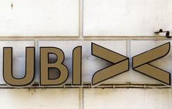 La cession de trois petites banques italiennes, sauvées de la faillite en 2015 avec l'aide des pouvoirs publics, à UBI Banca a été retardée d'au moins une semaine à la demande de la Commission européenne. /Photo d'archives/REUTERS/Alessandro Bianchi