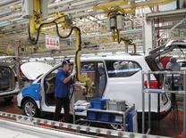 En Chine, l'activité manufacturière a augmenté plus que prévu en décembre, avec une accélération de la demande, et a pratiquement atteint son plus haut niveau depuis janvier 2013. /Photo d'archives/REUTERS/Norihiko Shirouzu