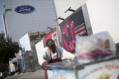 Le constructeur automobile américain Ford a annoncé mardi l'annulation d'un projet de construction d'une usine d'assemblage au Mexique. L'entreprise, dont les projets au Mexique ont suscité de vives critiques de Donald Trump, prévoit d'investir 700 millions de dollars dans son usine de Flat Rock, dans le Michigan. /Photo d'archives/REUTERS/Edgard Garrido