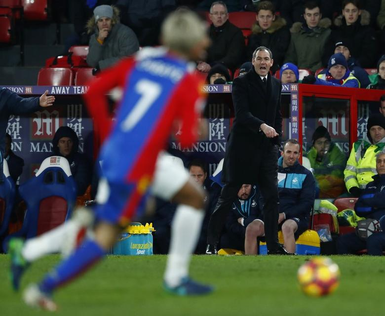 Britain Football Soccer - Crystal Palace v Swansea City - Premier League - Selhurst Park - 3/1/17 Crystal Palace's Yohan Cabaye in action as New Swansea City manager Paul Clement looks on Reuters / Eddie Keogh Livepic