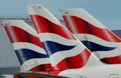 La tripulación de cabina de British Airways planea realizar una huelga de 48 horas a partir del 10 de enero en el marco de las negociaciones salariales con la compañía, dijo el sindicato Unite el martes. En la imagen, logos de BA en colas de varios aviones en el aeropuerto londinense de Heathrow, el 12 de mayo de 2011.  REUTERS/Toby Melville