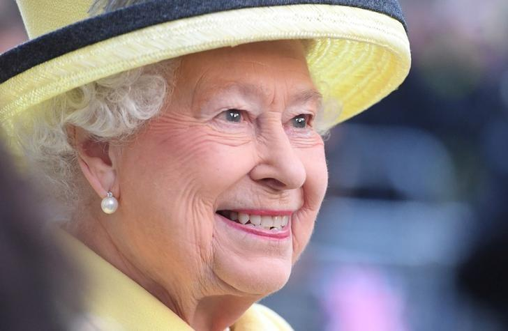 Queen Elizabeth II visits Goodenough College, the leading residential community for British and international postgraduate students studying in London, Britain December 1, 2016. REUTERS/Stuart C. Wilson/Pool/Files