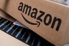 Amazon.com envió un 50 por ciento más de mercancías esta temporada de vacaciones a través de vendedores asociados y duplicó la cantidad para todo 2016, dijo el miércoles el gigante minorista. En la imagen, cajas de Amazon almacenadas para envíos en Manhattan, Nueva York, EEUU, el 29 de enero de 2016.    REUTERS/Mike Segar/File Photo