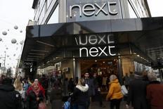 La británica Next redujo su pronóstico de ganancias para el actual ejercicio financiero después de unas malas cifras de negocio en Navidad y advirtió de una nueva disminución en 2017-18, provocando fuertes caídas de otros valores del sector en Reino Unido. En la foto, una tienda de Next en el centro de Londres el 3 de enero de 2017. REUTERS/Stefan Wermuth