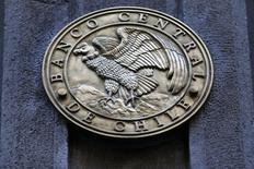 El emblema del Banco Central de Chile en su sede en Santiago, ago 25, 2014. El Índice de Precios al Consumidor (IPC) en Chile habría registrado un leve avance en diciembre y cerraría el 2016 con un incremento acumulado del 3 por ciento, justo en el centro del rango meta del Banco Central, mostró el miércoles un sondeo de Reuters.  REUTERS/Ivan Alvarado
