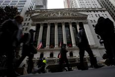 Wall Street ouvre en baisse jeudi pour la première fois de l'année. Dans les premiers échanges, le Dow Jones cède 0,02%, à 19.937,50 points, le S&P-500 recule de 0,03% mais le Nasdaq Composite gagne 0,24%. /Photo prise le 28 décembre 2016/REUTERS/Andrew Kelly