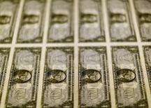 Billetes de 1 dólar en la Casa de la Moneda de los Estados Unidos en Washington, nov 14, 2014. El dólar perdía terreno el jueves contra el euro y el yen, tras datos del sector laboral de Estados Unidos que no lograron revertir la tendencia a la baja generada por el alza del yuan, que anotó uno de sus mayores avances a nivel histórico.  REUTERS/Gary Cameron/File Photo