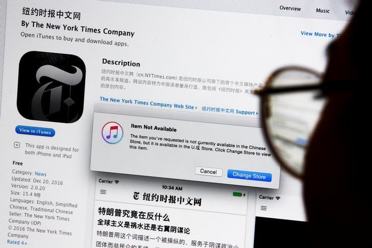An illustration shows a person looking at a computer screen in Beijing showing an Apple iTunes store message saying that the New York Times app is not available in the Chinese store, in China January 5, 2017.  REUTERS/Thomas Peter/Illustration    TPX IMAGES OF THE DAY - RTX2XL4S