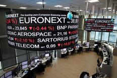 Les Bourses européennes évoluent vendredi en légère baisse à l'ouverture. À Paris, l'indice CAC 40 repasse sous la barre des 49.000 points, cédant 20,30 points (0,41%) à 4.880,34 points vers 08h10 GMT. À Francfort, le Dax perd 0,18% et à Londres, le FTSE recule de 0,13%.  /Photo prise le 14 décembre 2016/REUTERS/Benoit Tessier