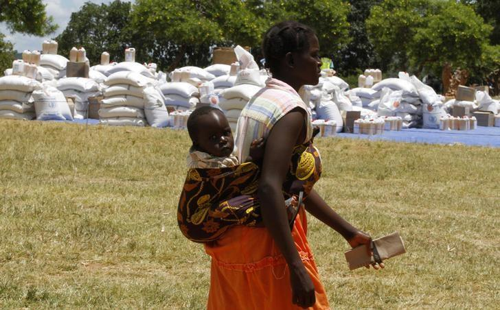 A Zimbabwean mother arrives to collect her monthly rations of food aid from Rutaura Primary School in the Rushinga district of Mt Darwin about 254km north of Harare March 7, 2013. REUTERS/Philimon Bulawayo/Files