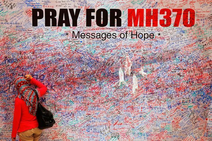 A woman leaves a message of support and hope for the passengers of the missing Malaysia Airlines MH370 in central Kuala Lumpur March 16, 2014.  REUTERS/Damir Sagolj/Files