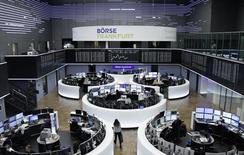 Les Bourses européennes évoluent vendredi en légère baisse autour de la mi-séance. À Paris, l'indice CAC 40 repasse sous la barre des 4.900 points,  cédant 22,63 points (0,46%) à 4.878,01 points vers 11h25 GMT. À Francfort, le Dax perd 0,12% et à Londres, le FTSE recule à peine (-0,02%).  /Photo prise le 5 janvier 2017/REUTERS