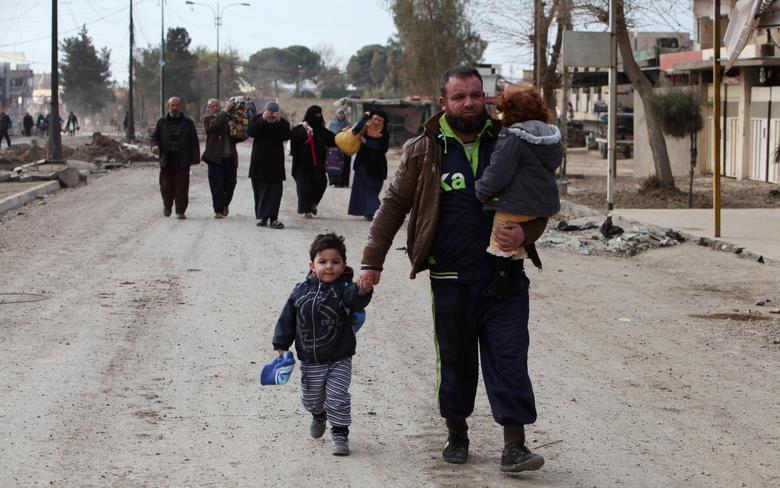 Displaced people flee during a battle with Islamic State militants, in al-Zuhoor neighborhood of Mosul, Iraq, January 8, 2017. REUTERS/Azad Lashkari