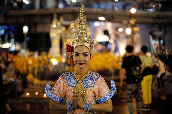 A thai classical dancer poses for photos at the Erawan shrine in central of Bangkok, Thailand, August 30, 2016. Picture taken August 30, 2016. REUTERS/Jorge Silva