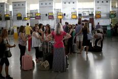 El tráfico aéreo ha batido un nuevo récord en 2016 al crecer un 7,9 por ciento, casi el triple del crecimiento medio en Europa, dijo el lunes Enaire, el gestor público de la navegación aérea en España. En la imagen, pasajeros esperan sus vuelos en la zona de salidas en el primer día de una serie de huelgas de controladores de tráfico aéreo españoles, en el aeropuerto Pablo Ruiz Picasso en Málaga, España, el 8 de junio de 2015. REUTERS/Jon Nazca