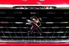 La participation de la famille Peugeot dans le groupe PSA est passée de 13,7% du capital à 12,9% à la suite de l'augmentation du nombre total d'actions du constructeur automobile après l'exercice de bons de souscription d'actions (BSA). /Photo d'archives/REUTERS/Benoit Tessier