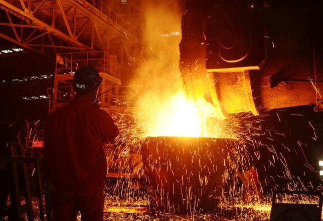 1月10日、中国国家発展改革委員会(NDRC)は、今年、鉄鋼・石炭セクターに対する生産能力の削減圧力が増大するとの見方を示した。写真は製鉄工場で働く従業員。昨年6月遼寧省で撮影(2017年  ロイター)