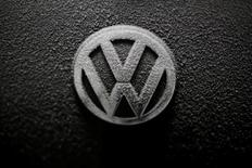 Malgré le Dieselgate, les ventes de Volkswagen ont atteint un record de 10,3 millions de véhicules en 2016, avec un bond de 12% au mois de décembre. /Photo prise le 17 décembre 2016/REUTERS/Kacper Pempel