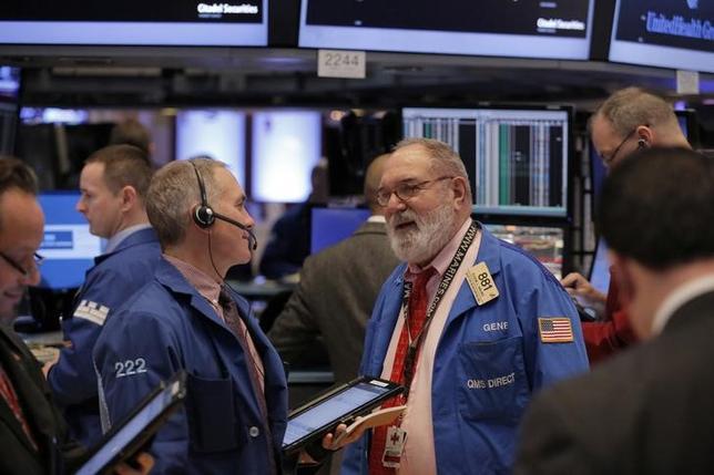 1月10日、米国株式市場は高安まちまちで取引を終えた。写真はNY証券取引所のトレーダー、9日撮影(2017年 ロイター/Lucas Jackson)