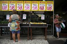 Mujer observa los precios en el mercado de Rio de Janeiro. 21/01/2016.La inflación en Brasil cerró el año 2016 dentro del rango meta oficial, mostraron el miércoles datos del Gobierno, lo que refuerza los pedidos para que el Banco Central lleve adelante un ciclo agresivo de recorte de las tasas de interés, en momentos en que la mayor economía de Sudamérica sigue en recesión. REUTERS/Pilar Olivares