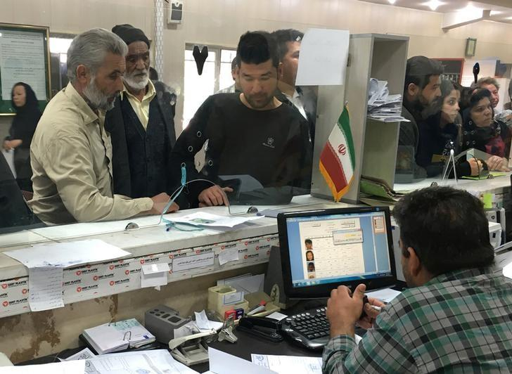 Afghan refugees submit documents at the Soleimankhani centre for refugees in Tehran, October 24, 2016.  Picture taken on October 24, 2016.   REUTERS/Gabriela Baczynska/Files