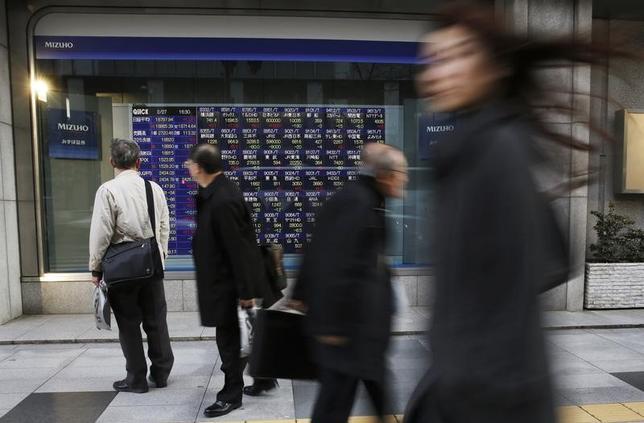 1月12日、前場の東京株式市場で日経平均株価は、前営業日比171円91銭安の1万9192円76銭となり、反落した。写真は都内の株価ボード。2015年2月撮影(2017年 ロイター/Toru Hanai)