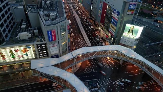 1月12日、内閣府12月景気ウオッチャー調査では、景気の現状判断DI(季節調整値)は51.4と、前月と同水準だった。写真は大阪で昨年11月撮影(2017年 ロイター/Thomas White)