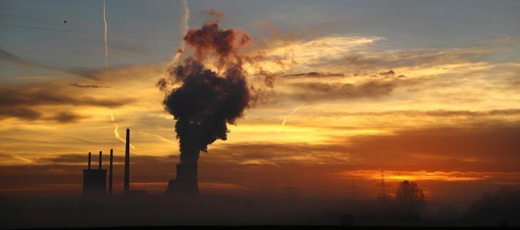 The sun rises behind the Uniper coal power plant in Hanau, Germany, early morning November 23, 2016.   REUTERS/Kai Pfaffenbach